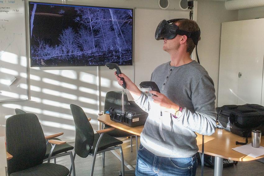 """Ljungbergslaboratoriet finns avancerad utrustning för Virtual Reality. Här använder jägmästarstudenten Oscar Jakobsson utrustningen för att """"flyga"""" runt i en marklaserskannad björkdunge.  Foto: Mattias Nyström, SLU."""