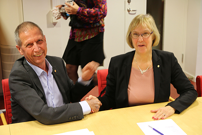 Terje Moe Gustavsen GD Statens Vegvesen och Lena Erixon GD Trafikverket undertecknar norsk-svensk samarbetsavtal om trafikledningssystem. Onsdag 11 januari på Trafik Stockholm.