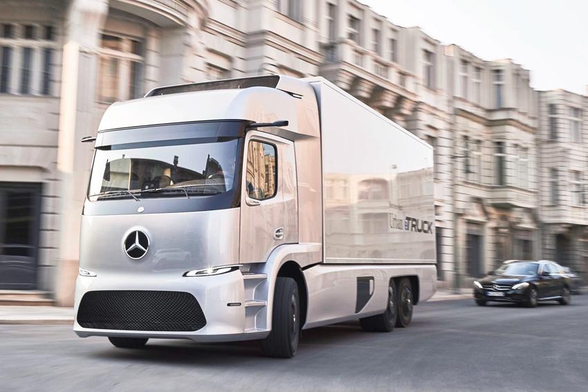 I september förra året visade Mercedes-Benz sin prototyp för en eldriven tung lastbil för distributionskörning. Nu står det klart att en mindre serie av 25-tons bilen Urban eTruck kommer att sättas i produktion i en mindre serie redan i år. Det blir världens första helt eldrivna tunga lastbil.