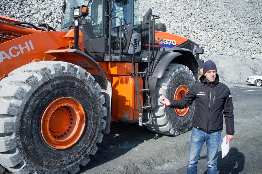Magnus Hansson, produktansvarig på Delvator berättar för den samlade presskåren vilka fördelar Hitachi ZW370-6 har.