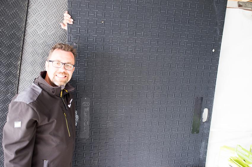 Mattias Olsson, Sverigeansvarig på Markskydd i Väst visade företagets nya Heavy Duty körmatta på Maskinexpo.