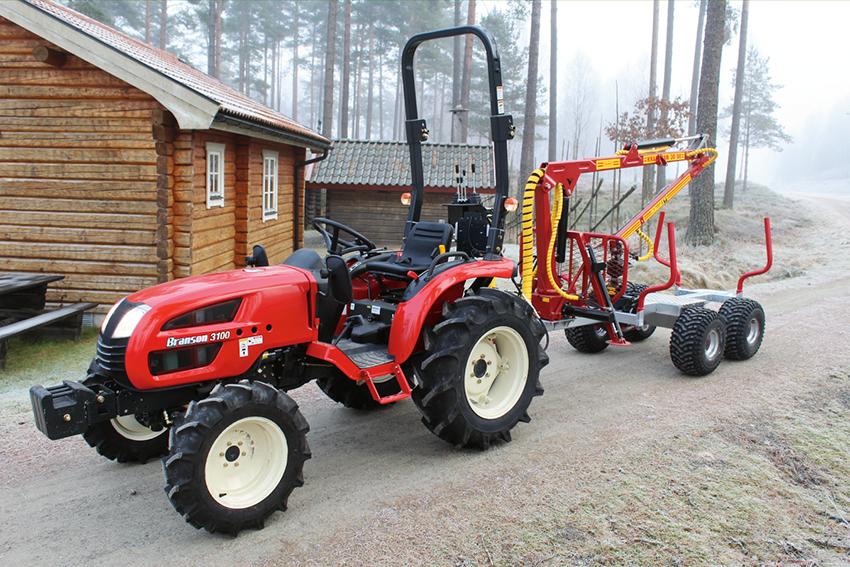 Traktorimport Sverige AB lanserar ett smidigt skogsekipage med en 800 kg traktor från koreanska Branson och griplastarvagn från svenska Kranman.