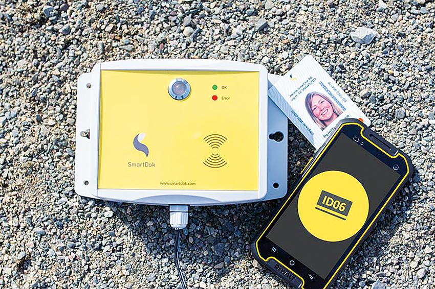 SmartDoks lösning på ID06 Personalliggaren låter dig också använda app på mobiltelefonen till att registrera dig ut och in på byggarbetsplatsen. Den nya regbox för ID06 Personalliggare är både vattentät, dammtät och tål kyla.