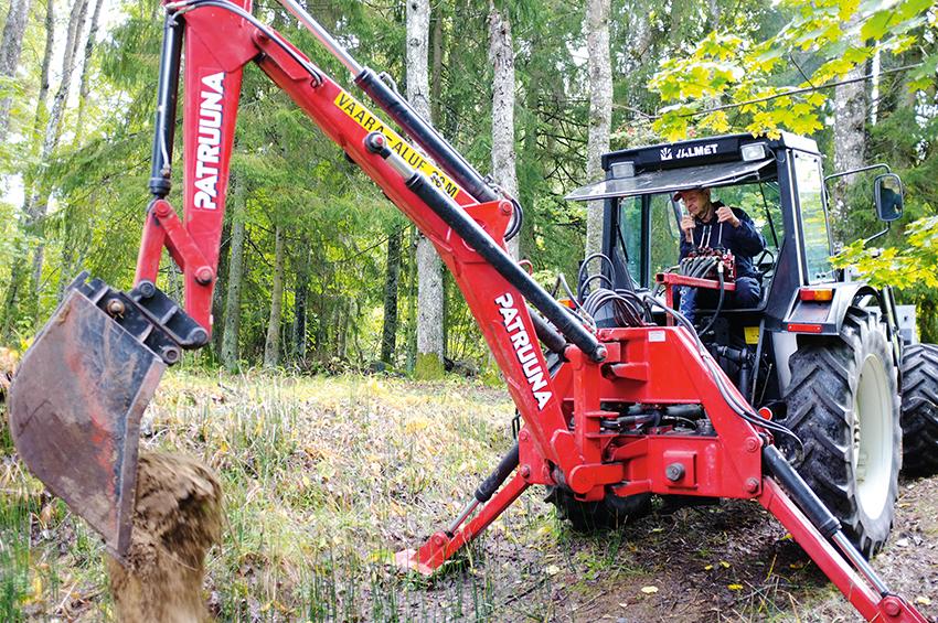 Bengt Dannberg, skogsägare i Alunda använder sin påhängsgrävare för flytt av stenar för att ta fram vägar för transport av virke och ved i skogen. Han använder det även för dikesgrävning. Foto: Per Eriksson