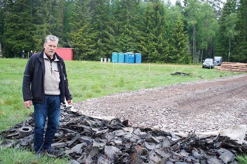 I en ny VTI-studie konstaterar forskarna att återvunnet gummi kan ge fördelar såväl ekonomiskt, som funktionellt och miljömässigt. Lars-Johan Johansson, vd på företaget Nordenväg som redan idag tillverkar vägbankar av återvunna sprängmattor hoppas att VTI-studien ska få fler att se fördelarna med återvunna däck i anläggningskonstruktioner. Foto: Per Eriksson