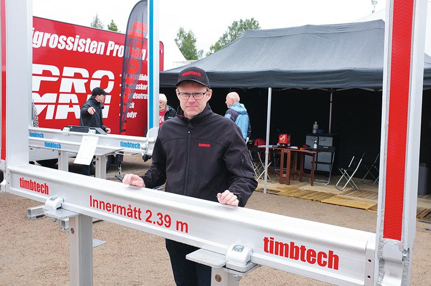 Håkan Franzén på Timbtech visade bland annat den nya banken TA10 på Mittia Skogstransport. Den nya banken erbjuder ett innermått på 2,39 meter.