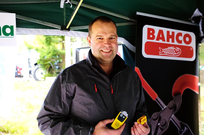 – En liten personlig nödsändare en trygg investering, säger Fredrik Schultz, försäljningschef på Skogma. Foto: Per Eriksson
