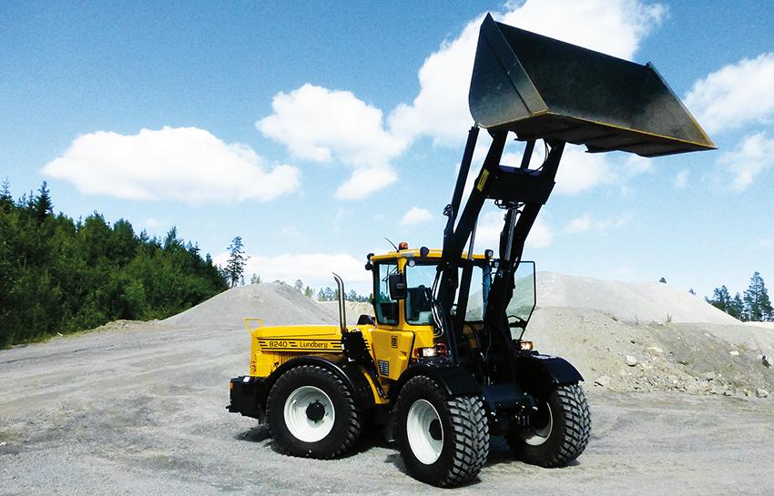 Nu lanserar Lundberg företagets hittills största redskapsbärare – Lundberg 8240.Det är en helt nykonstruerad lastare som lyfter både tyngre och högre. Maskinen har bland annat förbättrad hydraulkapacitet  med momentbegränsad arbetshydraulikpump.