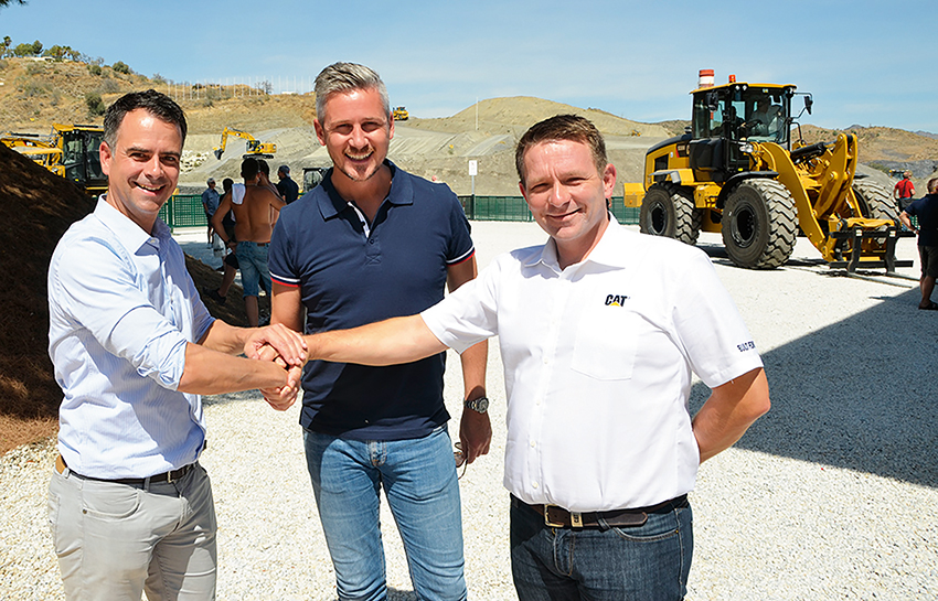Avtal klart: F.v. försäljningschef Rogier Tonies på Caterpillar Worktools Europa, Tor Kjetilson Moe, vd på Gjerstad Products och Vilmundur Theodorsson, senior produktchef för grävmaskiner på Pon Equipment AS. Foto: Pon Equipment.
