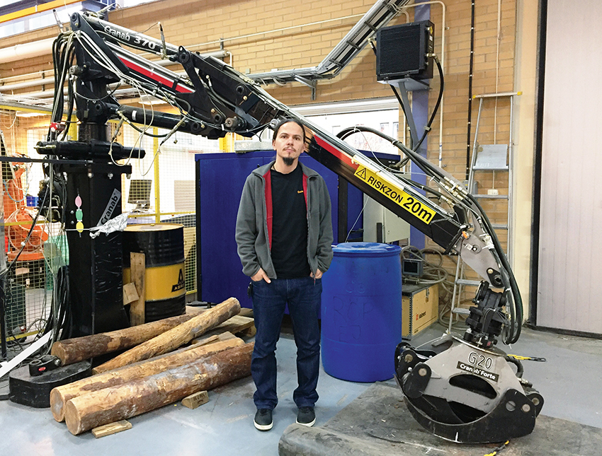 Semi-automatiseringsfunktioner på skotarkranar förbättrar operatörens prestanda, medan vibrationsreduktion kan öka förarens komfort. Det visar Szabolcs Fodor i en avhandling vid Umeå universitet. Foto: Ismael Castillo