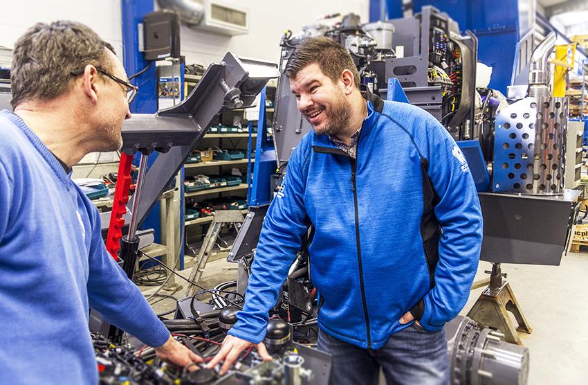 Rottne industris vd Tobias Johansson och monteringschef Johan Svensson i diskussion vid monteringen av Rottne H8D - en av de modeller som det är hög efterfrågan av.