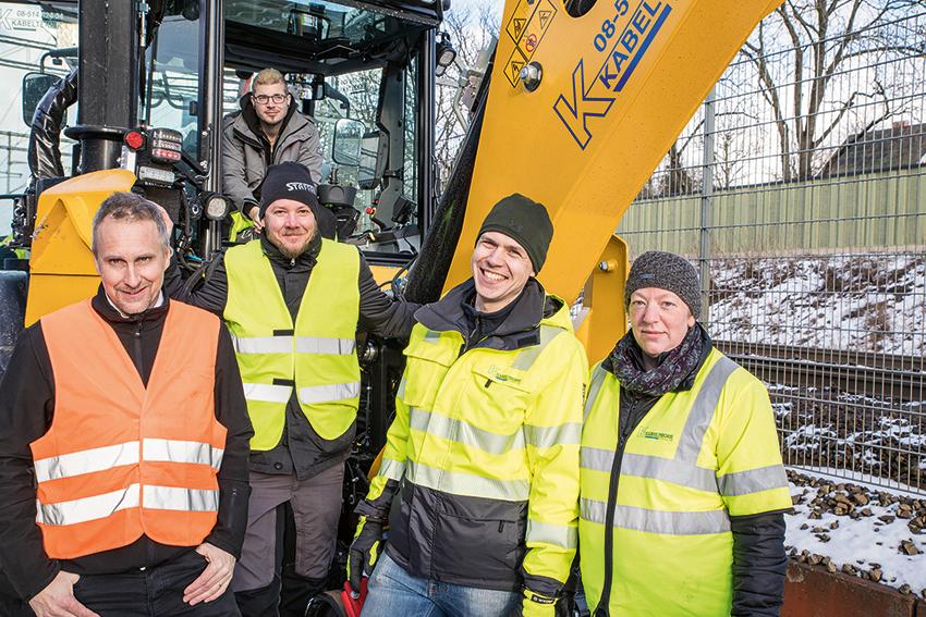 Från vänster: Nicklas Borgström, säljare på Rosenqvist Rail, Torbjörn Eriksson, säljare på Staffare, Erik Holmberg maskinförare, Carl Hast, vd och Sofia Lennartsson, maskinförare på Kabelteknik Ulf Smeby.