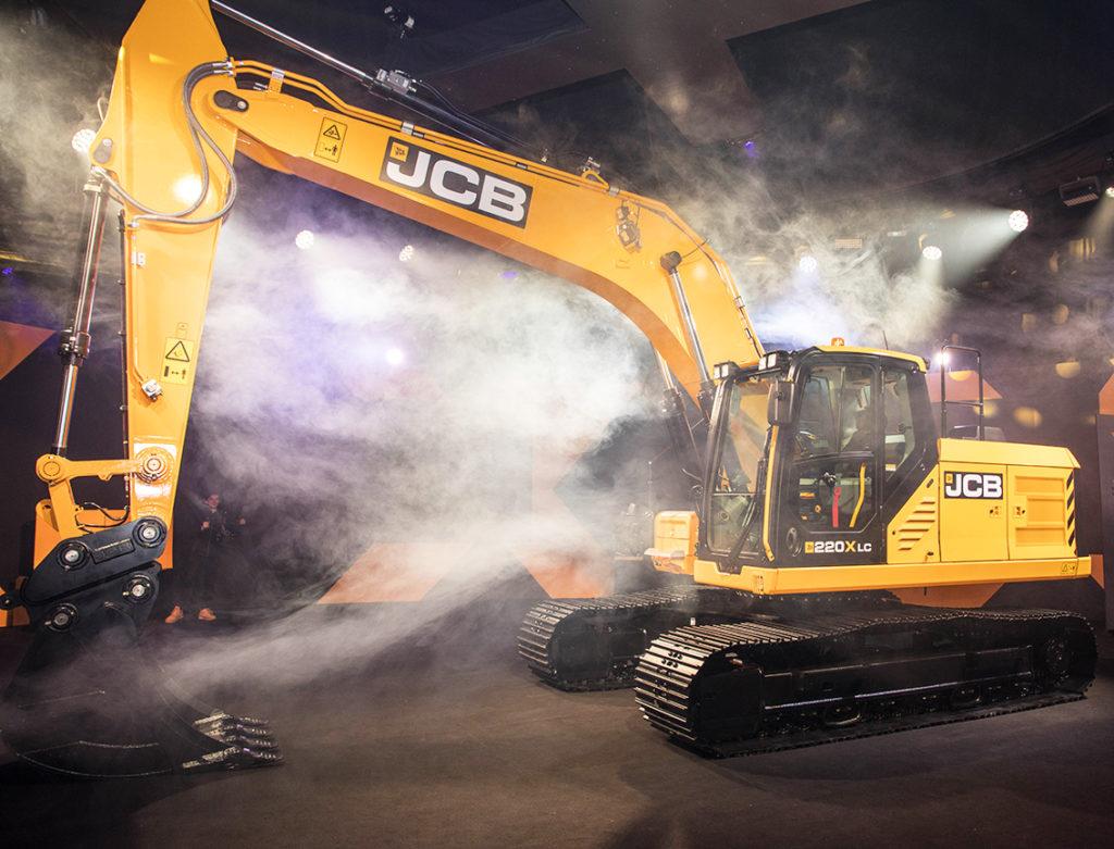 JCB startar den nya generationen grävmaskiner med en 22 tonare och maskinen är             redan i produktion. Maskinen som lanseras till svenska kunden kommer benämnas 220X Nordic Edition och levereras med bland annat kraftigare belysning, lyxigaste förarstolen och back- och             sidokamera. De maskinen som lanseras härnäst är lättare modeller. De tyngre kommer lanseras senare.