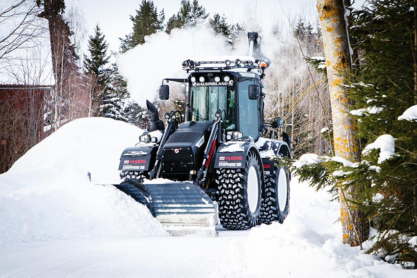 Dagen innan Rikard Karlsson fyllde 25 år hämtade han ut sin nya Huddig grävlastare hos Staffare i Hudiksvall. Det gör honom till en av Sveriges yngsta Huddig-ägare, om inte den yngsta. Foto: Per Eriksson