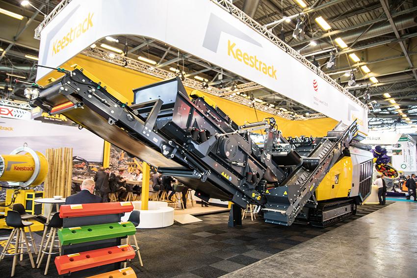 På årets Intermat i Paris i maj lanserade Keestrack en ny generation av slagkrossen R3. 32-tonnaren erbjuds nu även i hybridutförande med diesel/el, då benämnd R3e. Foto: Per Eriksson.