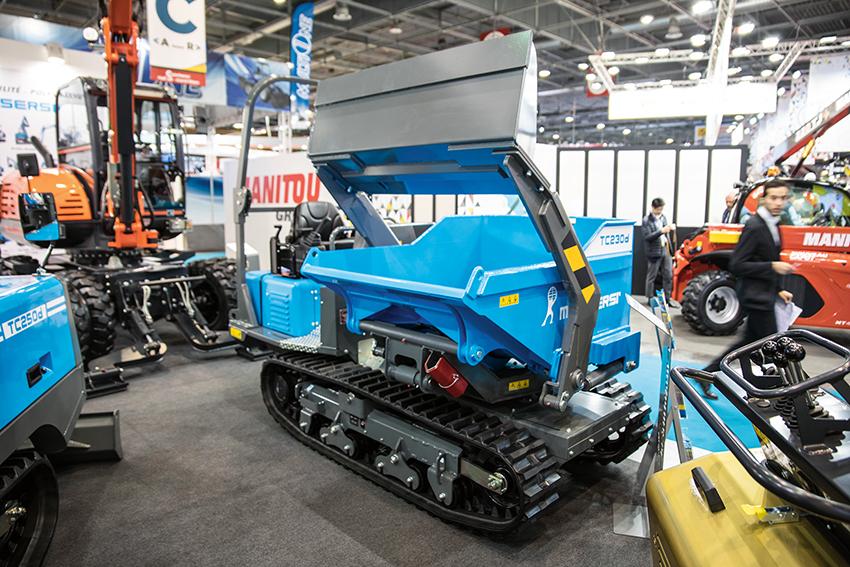 Messersi TC 230 d  är en vidareutveckling av den tidigare modellen TCH 2300. Den är fabriksbyggd med svängbar och självlastande dumperkorg i ett paket. Maskinen premiärvisades på Intermat i Paris. Foto: Per Eriksson