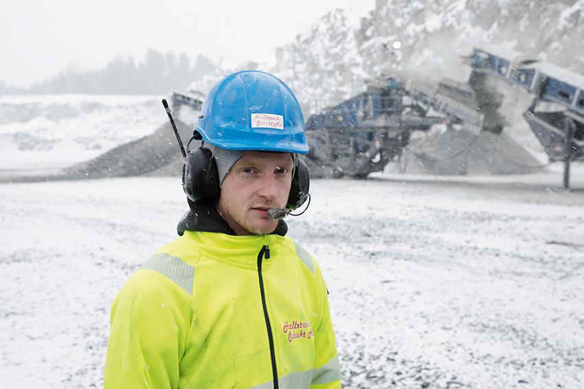 Vi kör våra maskiner långa dagar så vi måste ha grejer som håller säger Johan Dahlgren, arbetsledare på Hallstaviks Schakt.