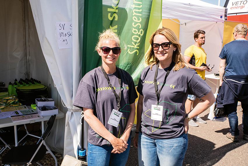 Kerstin Grundahl (t.v.) och Towe Andersson (t.h.) från Svensk Skogsmaskinförsäkring trivdes bra i sommarvärmen på Skogsmaskindagarna. Företaget är specialiserade på försäkringar för skogsmaskiner och flishuggar.