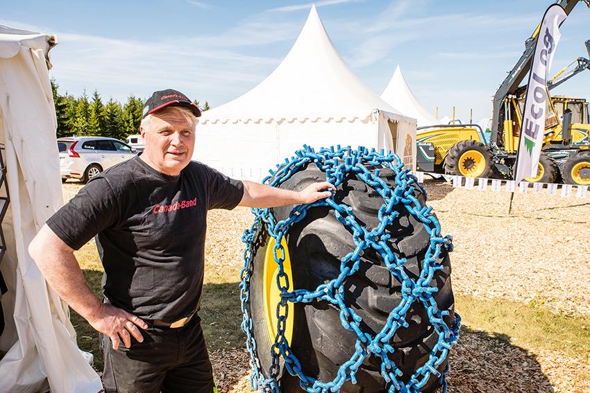 Agne Barrsäter, en välkänd profil i skogskretsar, representerar kanadensiska Pedno:s boggiband och kedjor på den svenska marknaden. I Barräster Skogs monter fanns boggiband och kedjor för alla tänkbara markförhållanden.