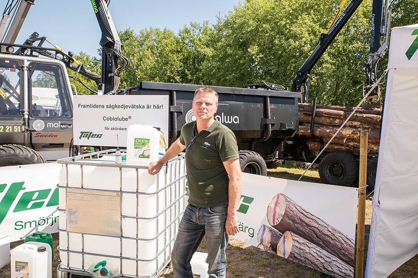 Jens Tagesson på Tatec Forest marknadsför bland annat sågkedjevätskan Cobiolube som är helt fri från olja. Produkten visades på Skogsmaskindagarna. Foto: Per Eriksson.