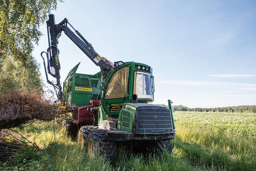 Krylboföretaget Anders Ved & Maskin har investerat i ett flishuggpaket. Flishuggen är Erjo 7/65B RC trumhugg är avsedd för flisning av grot, stam och rundved i bestånd och välta. Basmaskinen är en John Deere 1010E skotare. Maskinen visades i OP Erjos monter på Skogsmaskindagarna i Karlskoga.
