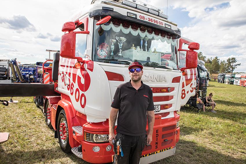 Jonas Zetterström, kranbilsförare på Edin Kranar visade upp företagets fina bodbil på Alunda Truck Meet. Den är byggd på en Scana R490 8x4 med en 99 tonmeterskran från Fassi. Räckvidden är på hela 41 meter. Foto: Per Eriksson