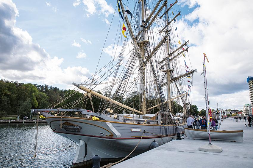 """När briggen Tre Kronor besökte Norrtälje hamn den 14-15 september gick startskottet för kampanjen """"Den stora Vattenutmaningen"""" som har som mål att vattenförbrukningen i Sverige ska halveras. Foto: Per Eriksson."""