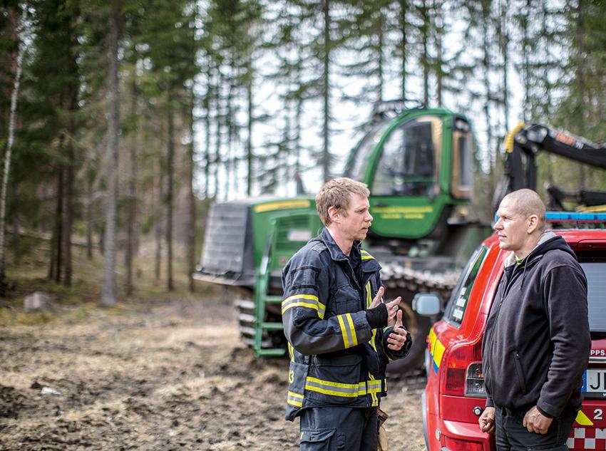Vid varje situation som bedöms som riskfylld hålls ett samråd. Det leder ofta till att man byter till en annan avverkningsplats, kör på natten eller sätter ut brandvakter. Foto: Sverker Johansson/Bitzer