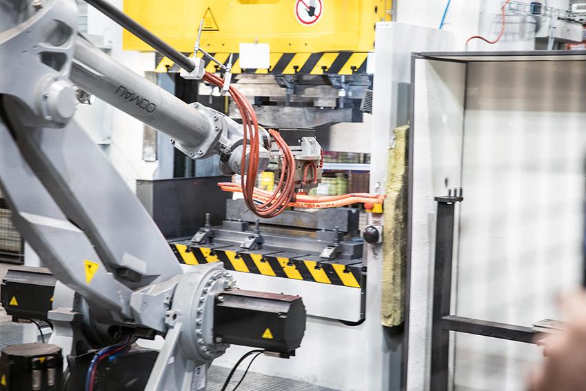Pewags nya robotcell invigdes i maj i år. Där tillveras bl.a. tvärbanden mer eller mindre helautomatiskt. Tvärbanden pressas ihop med över 800 tons tryck.