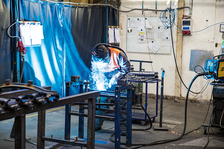 Pewags boggiband tillverkas på företagets fabrik i Vamberk, Tjeckien. I en helt ny linje tillverkas också en stor del av företagets lyftkätting. Pewags huvudkontor ligger i Graz i Österrike. Företom fabrikerna i Österrike och Tjeckien har man även en fabrik i USA. Även om mycket av arbetet utförs av robotar så sätts banden fortfarande samman av erfarna svetsare.
