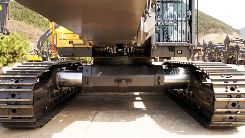 Eftersom stabiliteten är grundläggande för både säkerhet och prestanda i demonteringsapplikationer har EC750E HR en helt ny undervagn. Undervagnen, som är framtagen specifikt för rivningssegmentet, har en tyngd och bredd som överträffar till och med den större Volvo EC950E-grävarens undervagn. Jämfört med EC750E som den baseras på, så är EC750E HR:s undervagn 0,5 m längre och 1 m bredare – och har en imponerande spårvidd på 4,3 m.