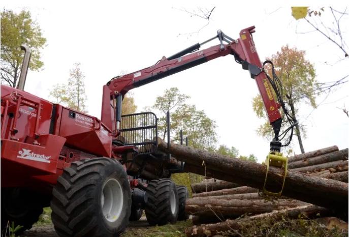 Utan hytt kan skogsmaskiner bli lättare och därmed skonsammare. Dessutom ges mera plats för virket vilket gör transportarbetet effektivare. Foto: Skogforsk, montage