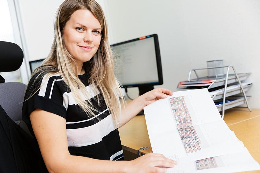 Petra Eriksson, projektutvecklingschef på Derome Plusshus visar ett flerfamiljshusprojekt.