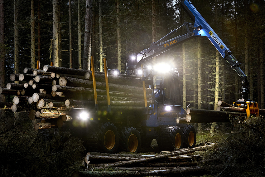 Rottne har tagit ett helhetsgrepp om arbetsbelysningen som nu är placerad på ett sätt som underlättar arbete och körning i mörker avsevärt. Där det behövs på maskinen är belysningen dessutom dimbar. Foto: Mats Samuelsson.
