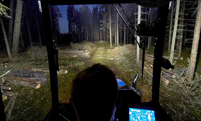 De starka fjärrljusen lyser upp rejält och gör det lättare att orientera sig rätt i terrängen. Foto: Mats Samuelsson.