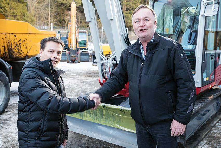 Martin Olsen, (t.v.) säljare på EMS och Peter Faerden, (t.h.) vd på Drottningholm Entreprenad vid leveransen av Martin Olsens 2000:e sålda maskin, en Takeutchi TB290.