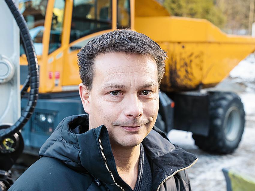 Martin Olsen, säljare på EMS Group som bland annat är generalagent för Takeutchi, Hyundai och Daemo har nått drömgränsen på 2.000 sålda maskiner. Foto: Per Eriksson