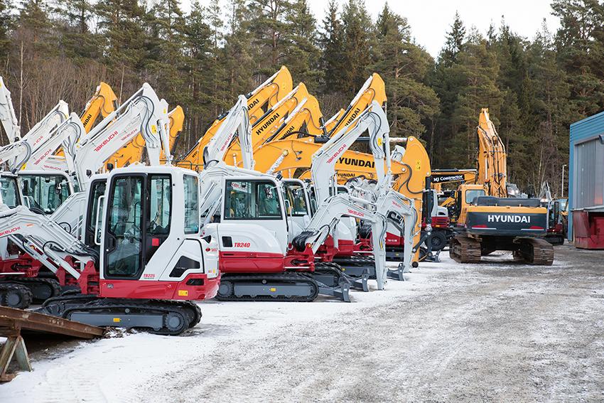 EMS har ett 100-tal nya maskiner på lager, både Takeutchi och Hyundai och kan erbjuda snabb leverans.