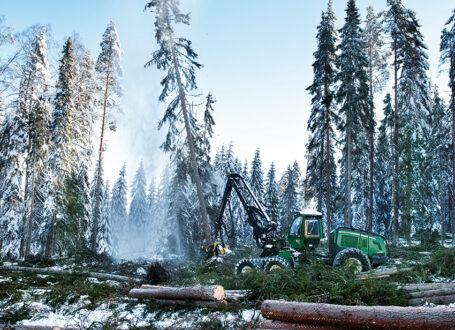 Skogsmaskinlagen på Sveaskog kör 200 skördare från fem större maskintillverkare och använder ett 20-tal olika aggregatsmodeller.