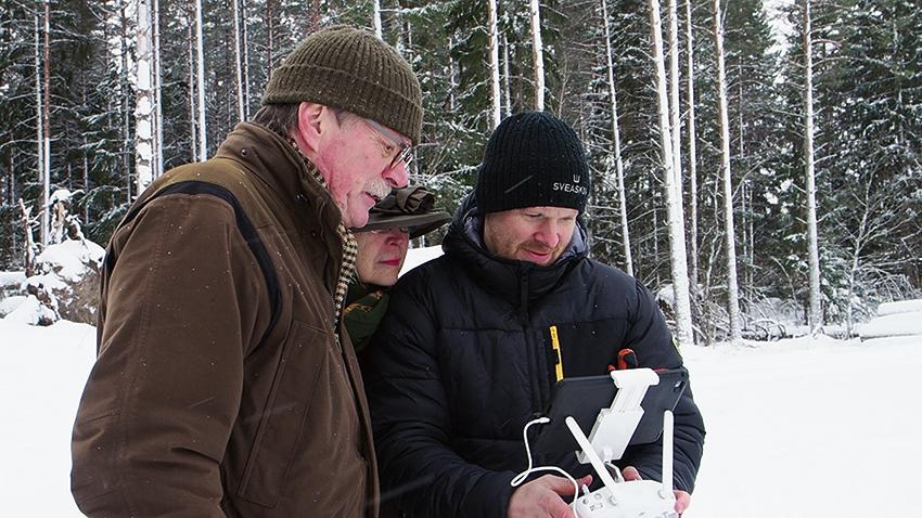 Ulf och Rose-Marie Dietrichson i Uppländska Andersbo  har sålt virke till Sveaskog sedan de köpte gården 2016. För att snabbt kunna göra en bedömning av skadorna har de fått hjälp av Ronnie Andersson, virkesköpare på Sveaskog, med en drönaröverflygning.            Foto: Sveaskog