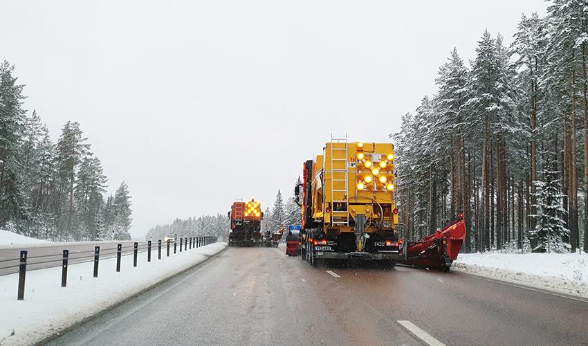 """Nu har samtliga plogbilar längs de större vägarna i Dalarna fått skyltar med lysande kryss och pilar. Kryss betyder """"Kör inte om"""", pil betyder """"det går bra att köra om"""". Foto: Mersiha Sumic."""