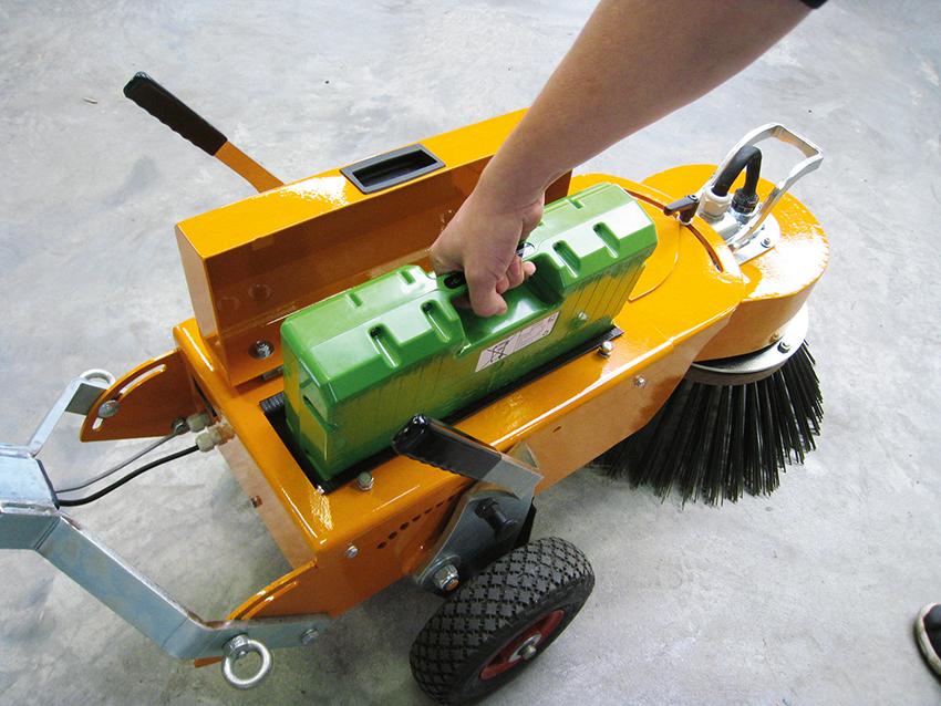 Batteriet laddas i ett vanligt vägguttag med hjälp av medföljande laddare. Batteridriften medger stora fördelar för föraren och omgivningen då den är tystgående och utan avgaser.