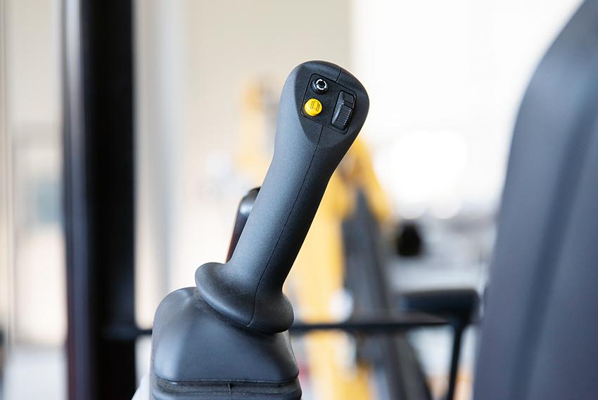 Spakstyrning är en ny funktion som gör att maskinen kan styras enbart med maskinens joysticks.