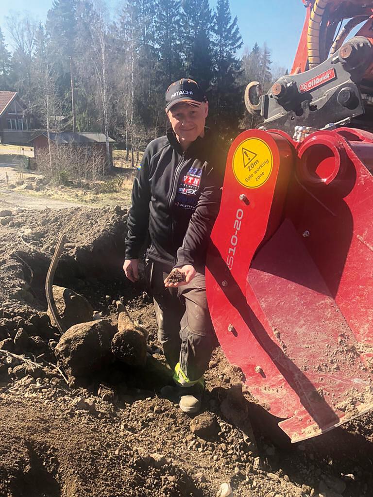 Sebastian Didiriksson på SD Entreprenad har för Amas räkning fått gå lös på siktskopan från brittiska Rotastar för att se vad den går för. – Jag är överraskad vad denna skopa klarar av. Dessutom glädjer det mig att den även finns i modeller som passar små grävmaskiner, säger han. Foto: Amas Svenska AB.