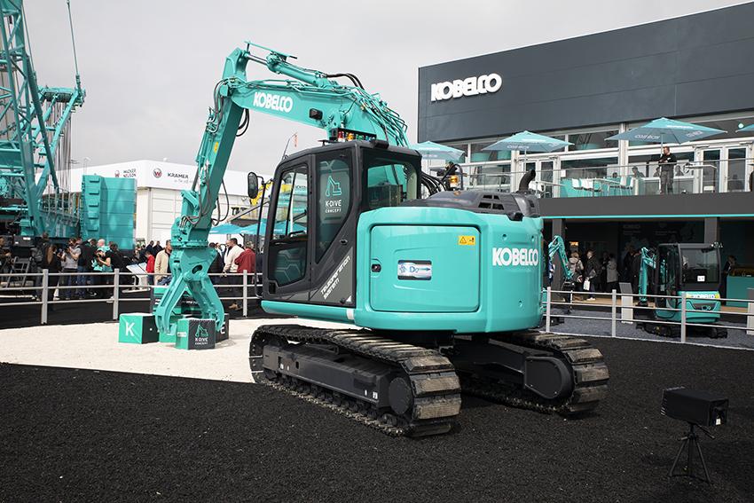 Kobelco visade ett koncept med fjärrstyrda grävmaskiner. Enligt Kobelco är det troligen tillgängligt runt år 2025. Lösningen är beroende av fullt utbyggt 5G-nät. Foto: Per Eriksson