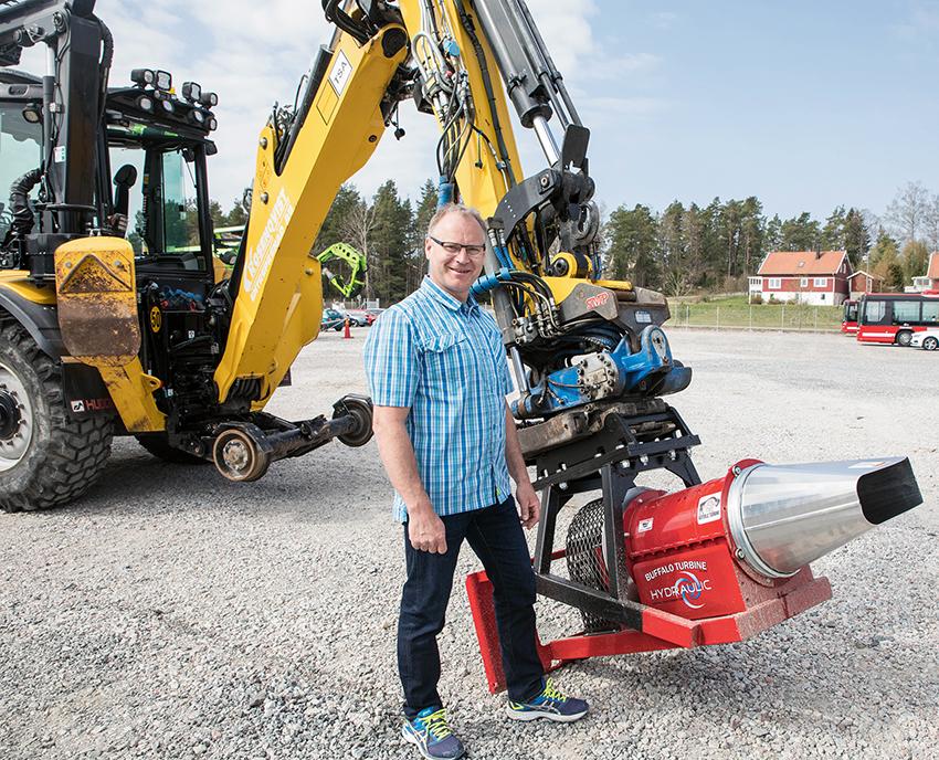 Peter Lissbackas på Banprodukter i Norden AB lanserar nu en hydrauldriven snö- och lövblås på den svenska marknaden. Redskapet passar grävmaskiner, grävlastare och kompaktlastare och har ett variabelt luftflöde.