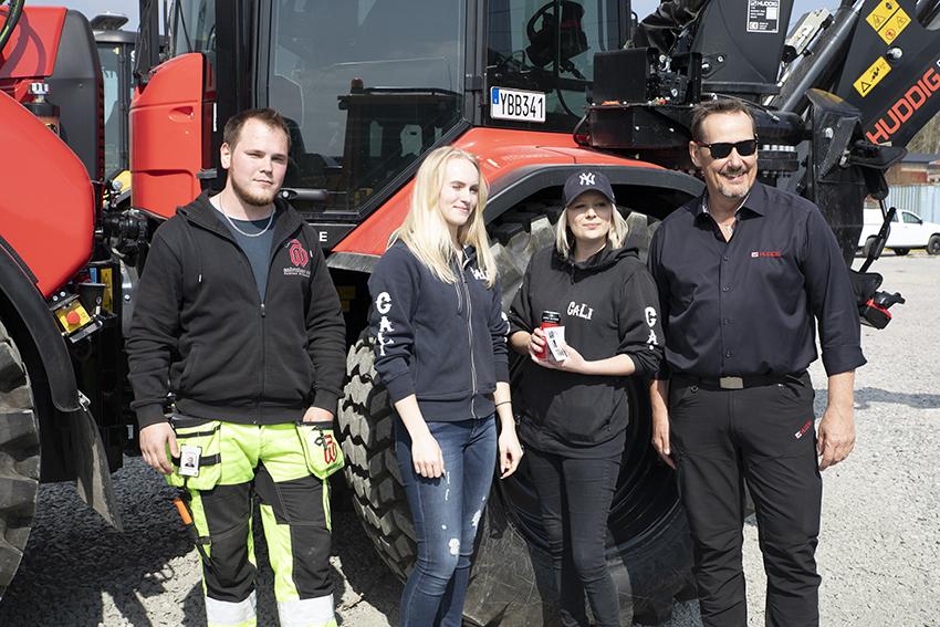 Besökarna trivdes i solen hos Rosenqvist Entreprenad i Vallentuna. Fr.v. Tobias Nilsson, TN-Grävtjänst, Sandra Åberg, maskinförare Cali AB, Camilla Lindar, vd på Cali AB och Roger Olsson, säljare på Staffare.