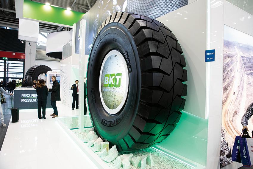 På Bauma lanserade BKT sitt största däck någonsin – Earthmax SR46 med en diameter på 3.061 millimeter och vikten 2.400 kilo. Foto: Per Eriksson