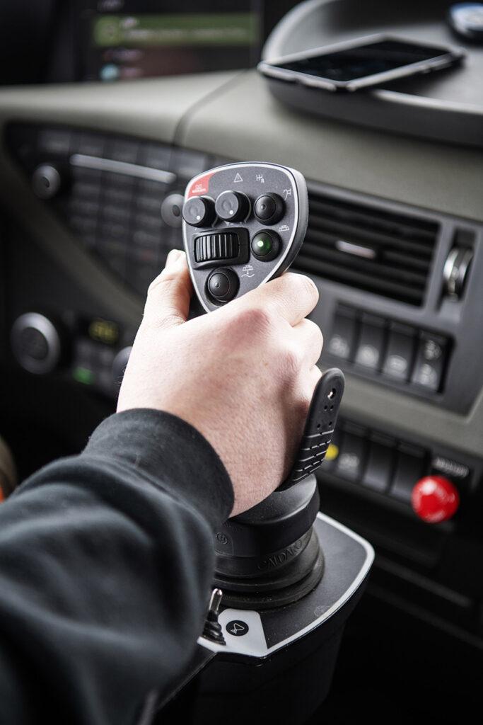 Mählers styrsystem MC3 är utvecklat för att styra all utrustning på lastbilen och samlar manövreringen samlad i en ergonomisk, mångfunktionell joystick. Styrsystemet visas på årets MaskinExpo, den 23–25 maj. Foto: Ole Martin Wold