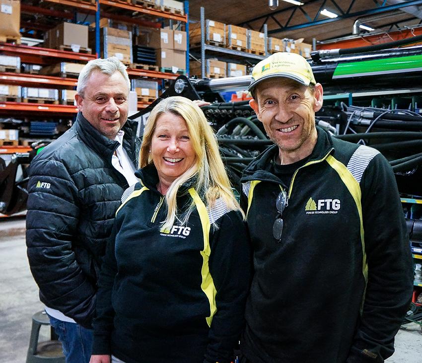 FTG i Bäckefors är redo att expandera men rätt kompetens är inte lätt att hitta. Något som gjort att de letar egna lösningar. När de nyligen anordnade öppet hus kom besökarna i mängder. Fr vänster: Thomas Seleskog, försäljningschef FTG, Annika Ivansson, inköpare på FTG och Stefan Karlsson teamledare Mowi och Moheda.